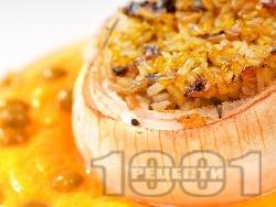 Печен пълнен лук с ориз и гъби печурки на фурна - снимка на рецептата